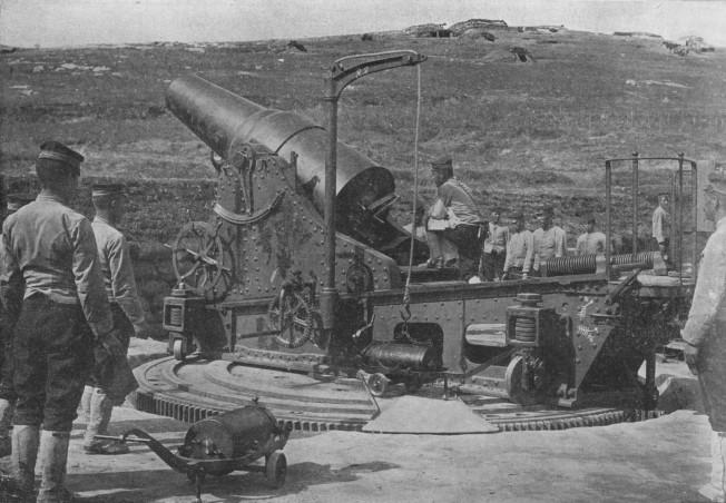 Cañon de 28 cm en Port Arthur. Detalle de la grua para cargar munición.